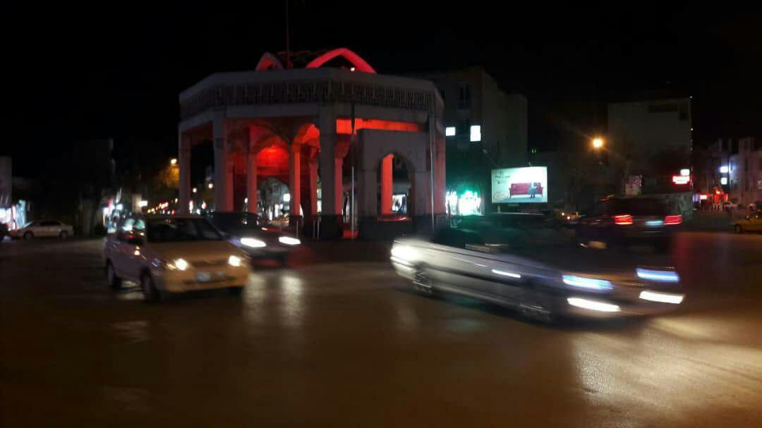 اردبیل با نورپردازی قرمز میدان سرچشمه با کمپین بین المللی نور قرمز همراه شد